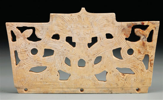 该器物平面整体呈宝盖头结构,如同良渚文化晚期的台阶形玉片的结构图片